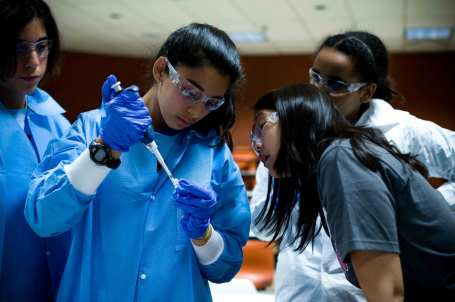 Girls extracting DNA at EYH 2009